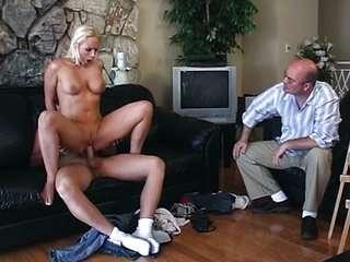 Дед присматривает за внучку в душе сэкс видео