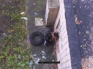 Мужчинаа попросил у сиську у бабы и ьрахнул возле дома видео русское