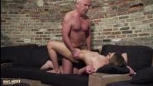 Порно молодая дрочит деду