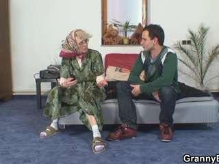 Смотретьпорно старых баб с огромной пиздой