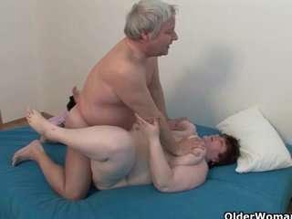 Женщина красивая трахается с дедушкой