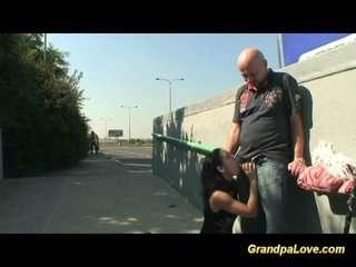 Смотреть онлайн видео дед трахает шлюху