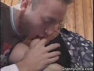 Потрахушки бабок с молодыми парнями видео