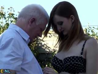 Смотреть дедушка трахает грудастую в парке