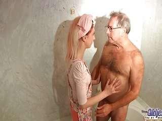 Дед ебет молодую горничную в гостиннице