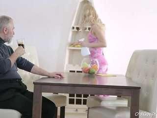 Дедушка шпилит свою внучку смотреть видео